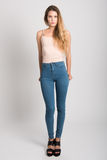 Ξανθό κορίτσι που φορά το τζιν παντελόνι και την μπλούζα όμορφες νεολαίες γυναικών στούντιο ζευγών χορεύοντας καλυμμένες Στοκ εικόνες με δικαίωμα ελεύθερης χρήσης
