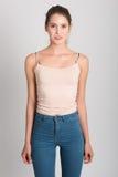 Ξανθό κορίτσι που φορά το τζιν παντελόνι και την μπλούζα όμορφες νεολαίες γυναικών στούντιο ζευγών χορεύοντας καλυμμένες Στοκ φωτογραφία με δικαίωμα ελεύθερης χρήσης