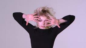 Ξανθό κορίτσι που χορεύει με τον αέρα στην τρίχα εσωτερική σε σε αργή κίνηση απόθεμα βίντεο