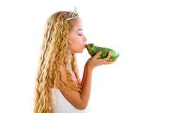 Ξανθό κορίτσι πριγκηπισσών που φιλά έναν πράσινο φρύνο βατράχων Στοκ εικόνα με δικαίωμα ελεύθερης χρήσης
