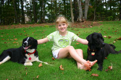 ξανθό κορίτσι σκυλιών στοκ φωτογραφία με δικαίωμα ελεύθερης χρήσης