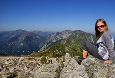 Ξανθό κορίτσι στα βουνά Στοκ εικόνες με δικαίωμα ελεύθερης χρήσης