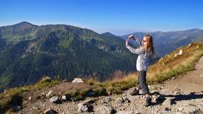 Ξανθό κορίτσι στα βουνά Στοκ φωτογραφία με δικαίωμα ελεύθερης χρήσης