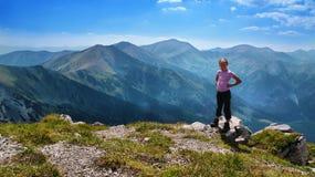 Ξανθό κορίτσι στα βουνά Στοκ εικόνα με δικαίωμα ελεύθερης χρήσης