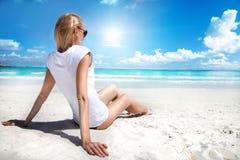 Ξανθό κορίτσι στην παραλία, χαλάρωση Στοκ φωτογραφία με δικαίωμα ελεύθερης χρήσης
