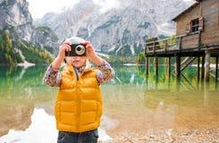Ξανθό κορίτσι στη λίμνη Bries που παίρνει μια φωτογραφία με μια ψηφιακή κάμερα στοκ εικόνες με δικαίωμα ελεύθερης χρήσης