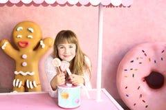 Ξανθό κορίτσι στον κόσμο βιομηχανιών ζαχαρωδών προϊόντων στοκ φωτογραφία με δικαίωμα ελεύθερης χρήσης