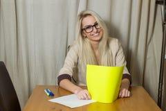 Ξανθό κορίτσι στο γραφείο Στοκ Εικόνες