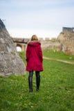 Ξανθό κορίτσι στο καφέ παλτό στοκ εικόνα με δικαίωμα ελεύθερης χρήσης