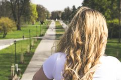Ξανθό κορίτσι στο τσεχικό πάρκο Στοκ εικόνες με δικαίωμα ελεύθερης χρήσης