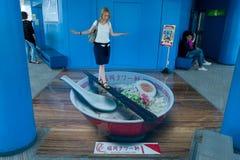 Ξανθό κορίτσι στο Φουκουόκα που περπατά στην παραίσθηση Ramen Στοκ Φωτογραφία