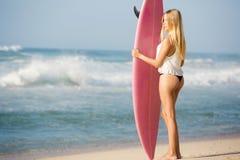 ξανθό κορίτσι surfer Στοκ Εικόνα