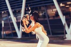 Ξανθό κουτάβι φιλήματος γοητείας Στοκ εικόνες με δικαίωμα ελεύθερης χρήσης