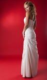 ξανθό λευκό φορεμάτων νυφώ&n στοκ φωτογραφία με δικαίωμα ελεύθερης χρήσης