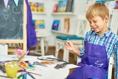 Ξανθό μικρό παιδί στο στούντιο τέχνης Στοκ Εικόνες