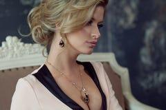 ξανθό μοντέλο τριχώματος μό&del Νέα ελκυστική γυναίκα, γκρίζο υπόβαθρο Στοκ φωτογραφίες με δικαίωμα ελεύθερης χρήσης
