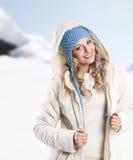 ξανθό μπλε καπέλο κοριτσ&iot Στοκ φωτογραφία με δικαίωμα ελεύθερης χρήσης