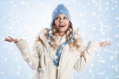 ξανθό μπλε καπέλο κοριτσ&iot Στοκ Εικόνες