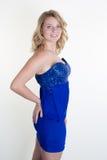 Ξανθό μπλε κορίτσι ευτυχές σε ένα μπλε φόρεμα Στοκ εικόνες με δικαίωμα ελεύθερης χρήσης