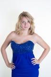 Ξανθό μπλε κορίτσι ευτυχές σε ένα μπλε φόρεμα Στοκ Φωτογραφίες
