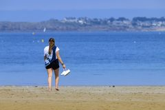 Ξανθό νέο κορίτσι στην ακτή στοκ φωτογραφίες