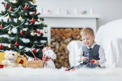 Ξανθό παιχνίδι αγοριών μικρών παιδιών Στοκ φωτογραφία με δικαίωμα ελεύθερης χρήσης