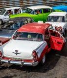 Ξανθό παλαιό αυτοκίνητο κοριτσιών Στοκ φωτογραφίες με δικαίωμα ελεύθερης χρήσης