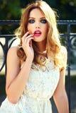 Ξανθό πρότυπο κορίτσι τρόπου ζωής στο άσπρο ύφασμα φορεμάτων με τα ρόδινα χείλια Στοκ φωτογραφία με δικαίωμα ελεύθερης χρήσης