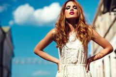 Ξανθό πρότυπο κορίτσι τρόπου ζωής στο άσπρο ύφασμα φορεμάτων με τα ρόδινα χείλια Στοκ Εικόνα