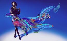 Ξανθό πρότυπο στη φούστα με την αφηρημένη τέχνη και το μαύρο καπέλο Στοκ Φωτογραφίες