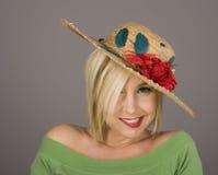 ξανθό στριμμένο ανθισμένο χαμόγελο καπέλων Στοκ φωτογραφίες με δικαίωμα ελεύθερης χρήσης