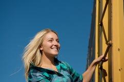 ξανθό τραίνο κοριτσιών φορ&tau Στοκ Εικόνες