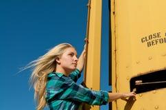 ξανθό τραίνο κοριτσιών φορ&tau Στοκ Φωτογραφίες