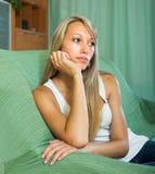 Ξανθό δυστυχισμένο κορίτσι στο σπίτι Στοκ φωτογραφία με δικαίωμα ελεύθερης χρήσης