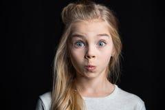 ξανθό χαριτωμένο κορίτσι στοκ φωτογραφία