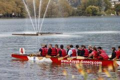 Ξαπλωμένο ομάδα ανθρώπων καγιάκ στη λάκκα Leman Στοκ εικόνα με δικαίωμα ελεύθερης χρήσης