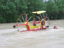 Ξαφνική πλημμύρα. Φυσική καταστροφή. Κατεστραμμένος δρόμος κλειστός Στοκ Φωτογραφίες