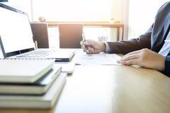Ξεκίνημα διαδικασίας εργασίας Επιχειρηματίας που εργάζεται με τις νέες δημόσιες σχέσεις χρηματοδότησης Στοκ Εικόνα