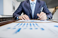 Ξεκίνημα διαδικασίας εργασίας Επιχειρηματίας που εργάζεται με τις νέες δημόσιες σχέσεις χρηματοδότησης Στοκ εικόνα με δικαίωμα ελεύθερης χρήσης