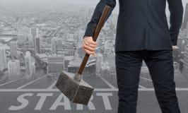 ξεκίνημα Καθορισμένος επιχειρηματίας με το σφυρί στοκ φωτογραφίες