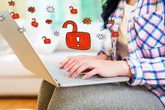 Ξεκλειδώστε το θέμα με τη γυναίκα χρησιμοποιώντας ένα lap-top στοκ εικόνες με δικαίωμα ελεύθερης χρήσης