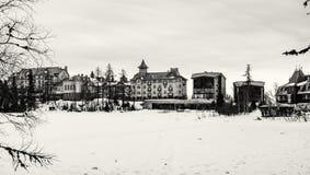 Ξενοδοχεία στο pleso Strbske, υψηλό Tatras, Σλοβακία, άχρωμη Στοκ Φωτογραφίες