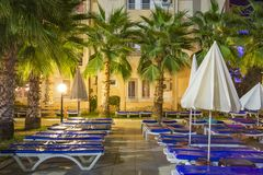Ξενοδοχείο θερέτρου εδαφών τη νύχτα Φοίνικες και κρεβάτια σε μια τροπική σκηνή νύχτας ξενοδοχείων Ξενοδοχείο θερέτρου Eftalia στη Στοκ Εικόνα