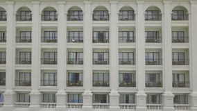 Ξενοδοχείο θερέτρου πολυτέλειας προσόψεων με την άποψη μπαλκονιών από τον πετώντας κηφήνα Υπαίθριο σύγχρονο κατοικημένο κτήριο αρ απόθεμα βίντεο