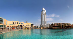 Ξενοδοχείο και λίμνη Burj Ντουμπάι προσφωνήσεων Στοκ Φωτογραφία