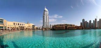 Ξενοδοχείο και λίμνη Burj Ντουμπάι προσφωνήσεων Στοκ εικόνα με δικαίωμα ελεύθερης χρήσης