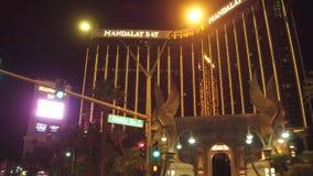 Ξενοδοχείο και χαρτοπαικτική λέσχη κόλπων Mandaly στο Λας Βέγκας τη νύχτα - δείτε από τη λεωφόρο του Λας Βέγκας - ΗΠΑ 2017 απόθεμα βίντεο