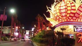 Ξενοδοχείο και χαρτοπαικτική λέσχη φλαμίγκο στο Λας Βέγκας τη νύχτα - δείτε από τη λεωφόρο του Λας Βέγκας - ΗΠΑ 2017 απόθεμα βίντεο