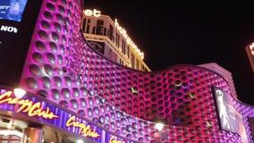 Ξενοδοχείο και χαρτοπαικτική λέσχη Hollywood πλανητών στο Λας Βέγκας τη νύχτα - δείτε από τη λεωφόρο του Λας Βέγκας - ΗΠΑ 2017 φιλμ μικρού μήκους