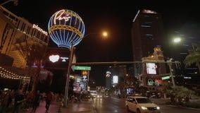 Ξενοδοχείο του Παρισιού και χαρτοπαικτική λέσχη στο Λας Βέγκας - μεγάλη άποψη νύχτας - ΗΠΑ 2017 απόθεμα βίντεο